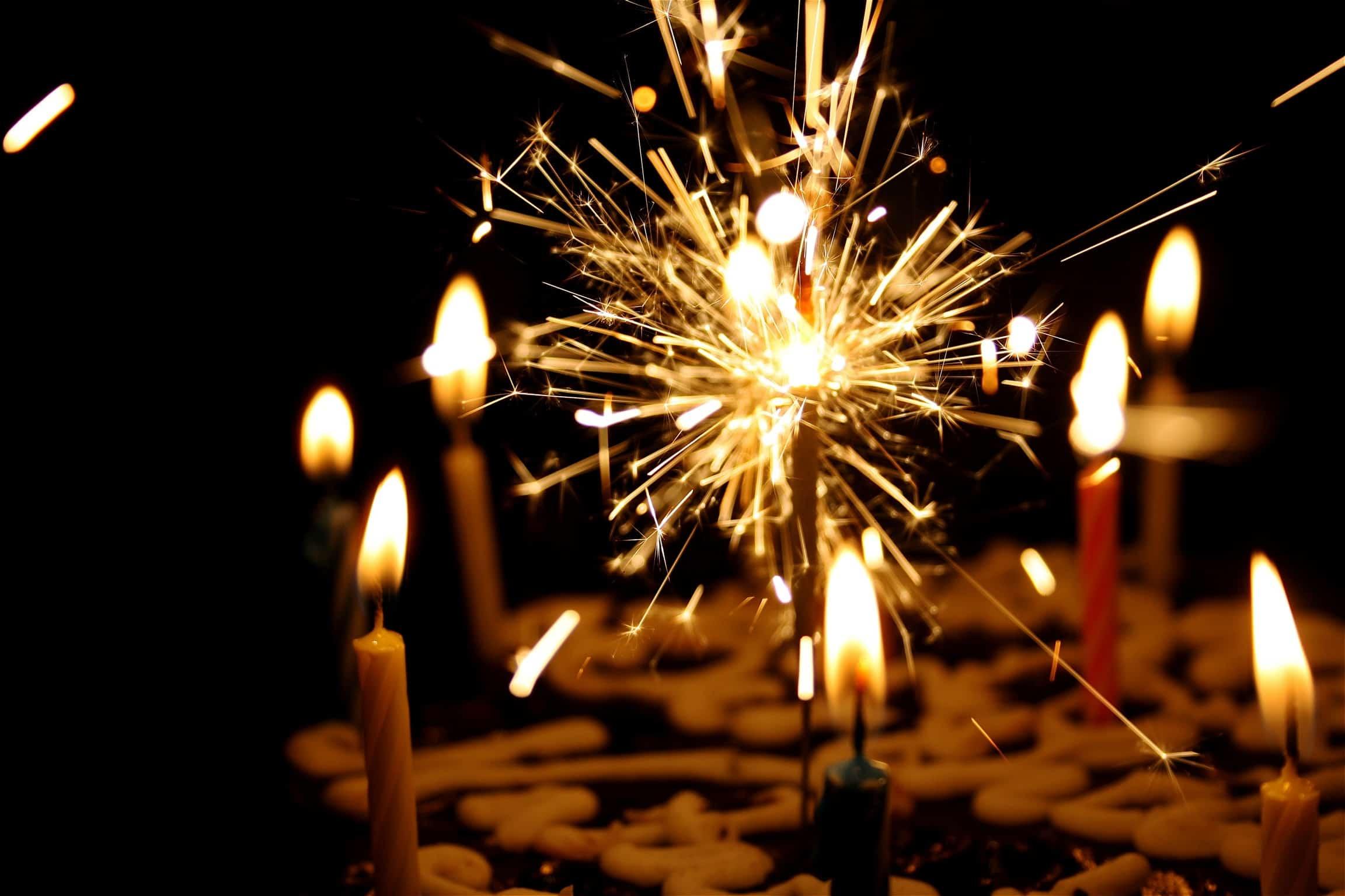 Tort-urodzinowy-z-zapaloymi-świeczkami