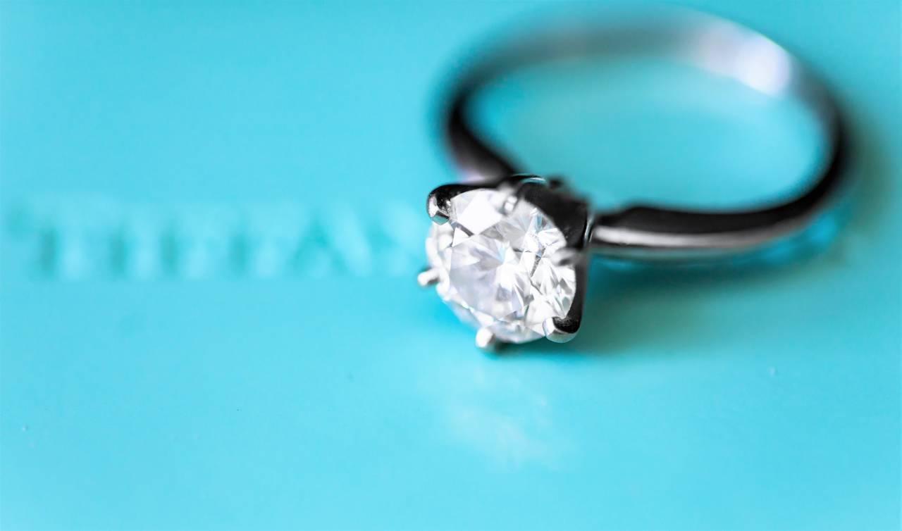 Pierścionek zaręczynowy zbrylantem