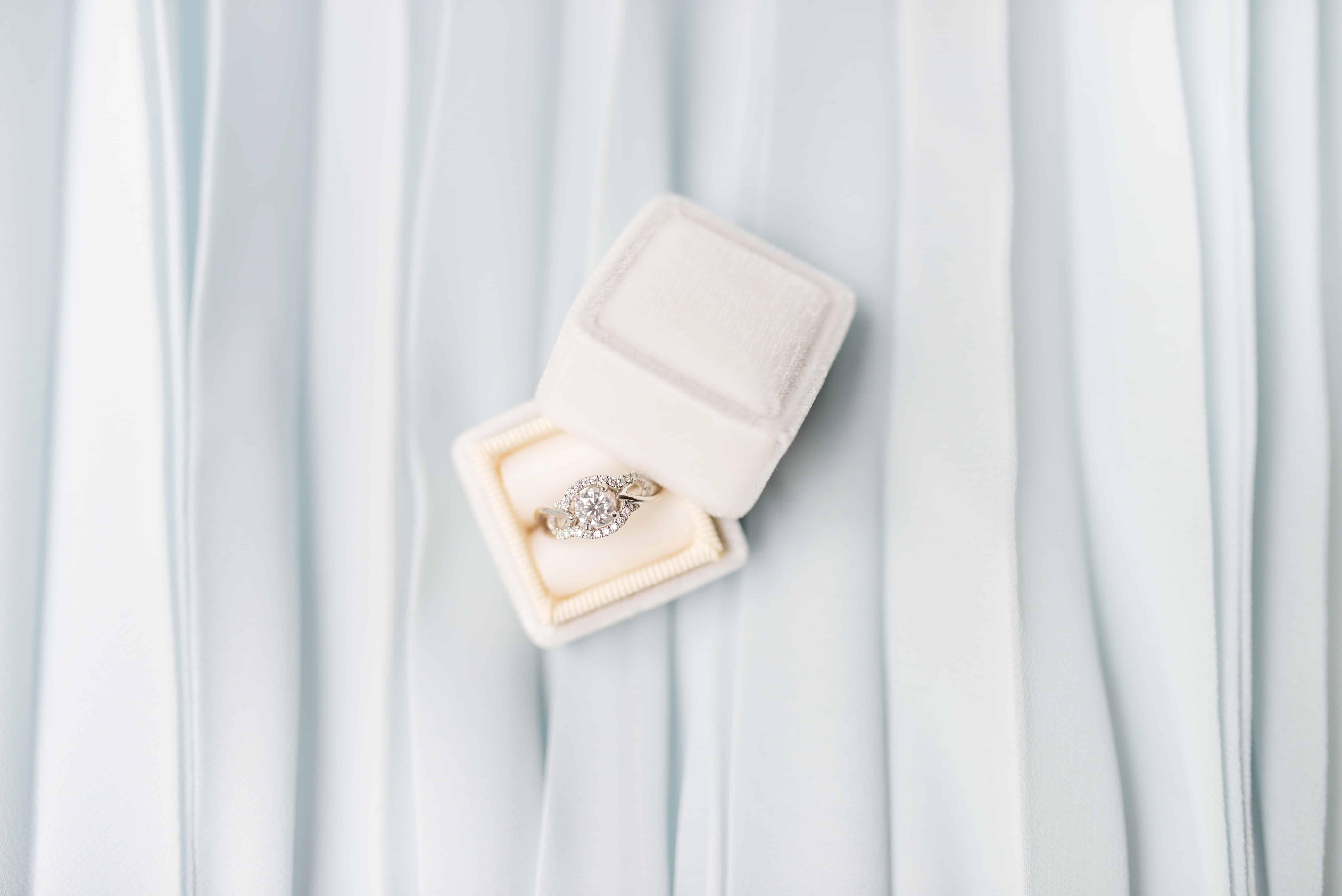 Złoty-pierścionek-zaręczynowy-z-brylantami-w-ładnym-białym-pudełku