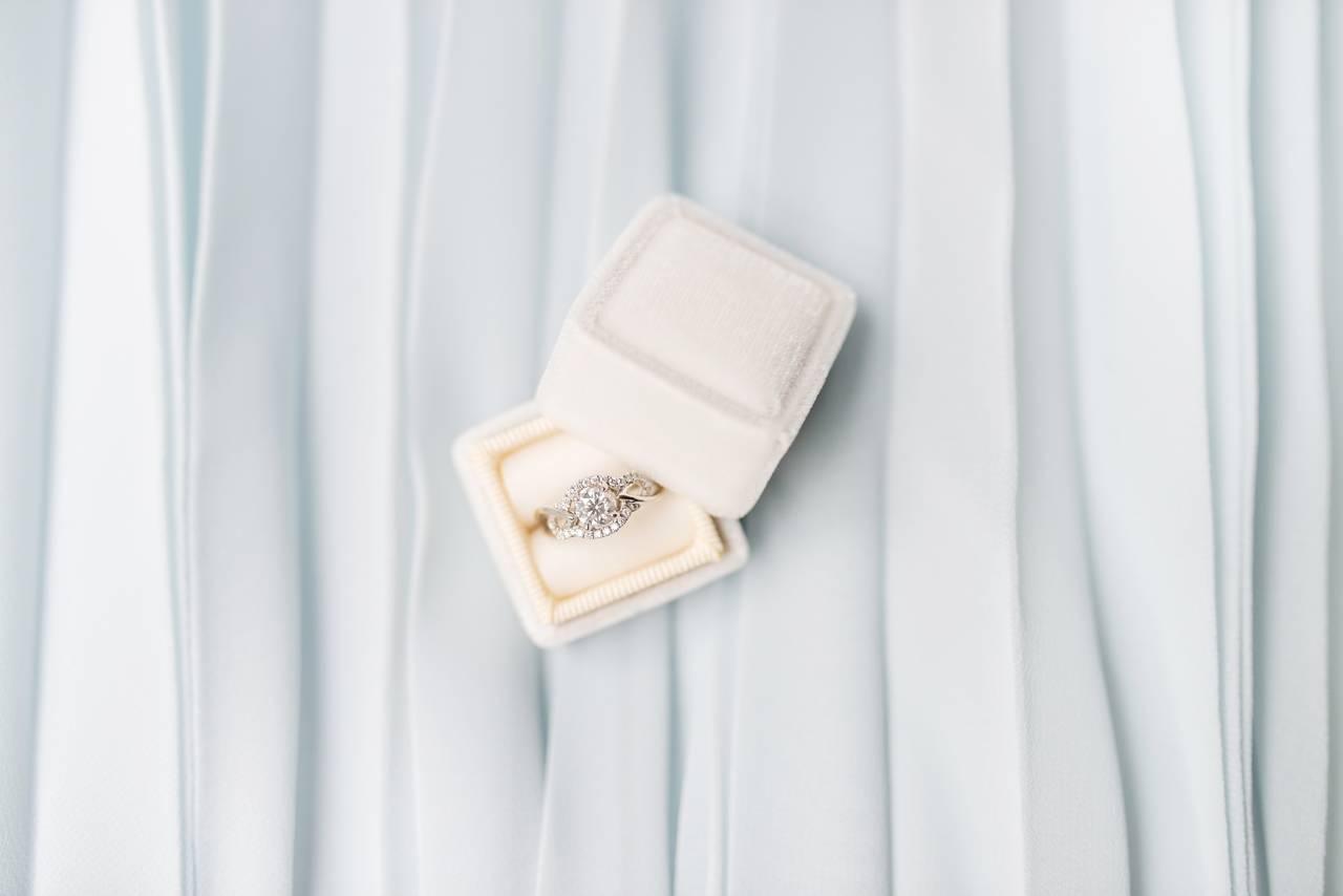Złoty pierścionek zaręczynowy z brylantami w ładnym opakowaniu