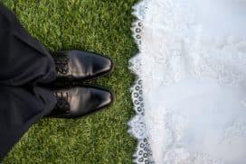 przygotowania do ślubu i wesela młoda para stoi na przeciw siebie w trawie