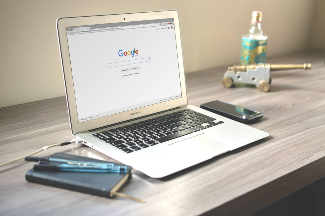 Komputer zuruchomioną przeglądarką doszukania informacji natemat budżetu weselnego