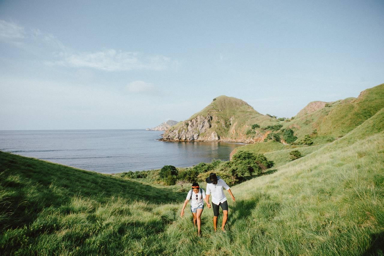 para młoda wtrakcie podróży poślubnej spaceruje pozielonej lace