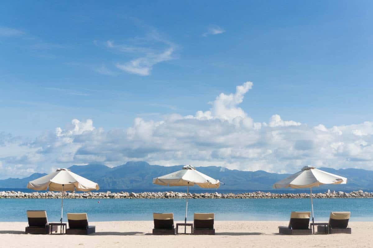 Leżaki z parasolami z widokiem na morze i górt