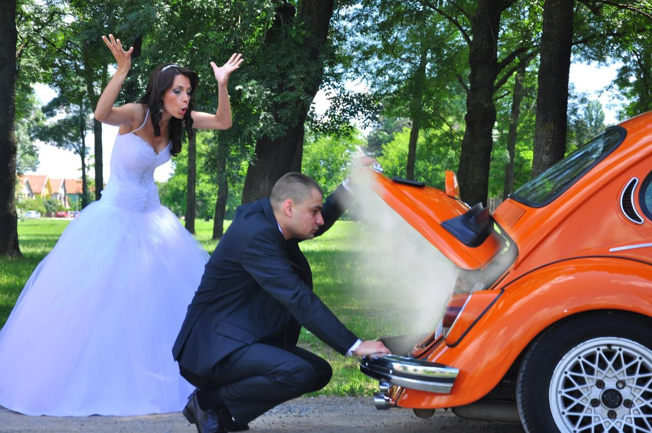 para młoda naprawia zepsuty wtrakcie podróży poślubnej samochód