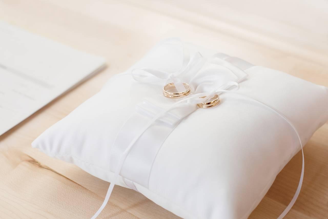 obrączki ślubne leżą na poduszce