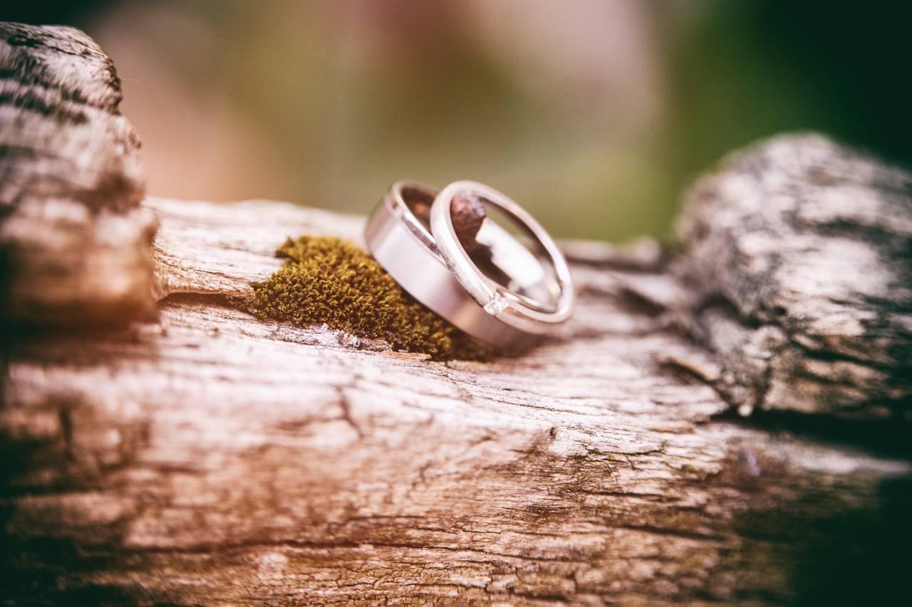 obrączki ślubne leżące na kamieniu
