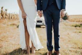 młodzi ubrani w suknie ślubną i garnitur