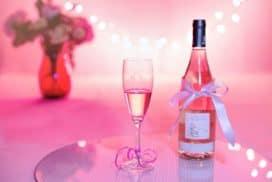 kieliszek z odrobiną szampana