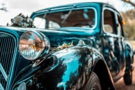 Klasyczne auto weselne zdelikatnymi ozdobami namasce