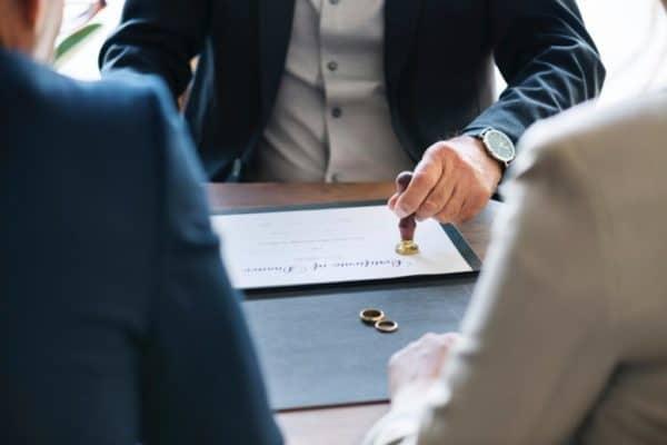 para młoda podpisuje akt ślubu