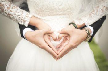 Zakochana para młoda trzyma się za ręce