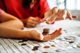 Para osób liczy pieniądze wbudżecie domowym