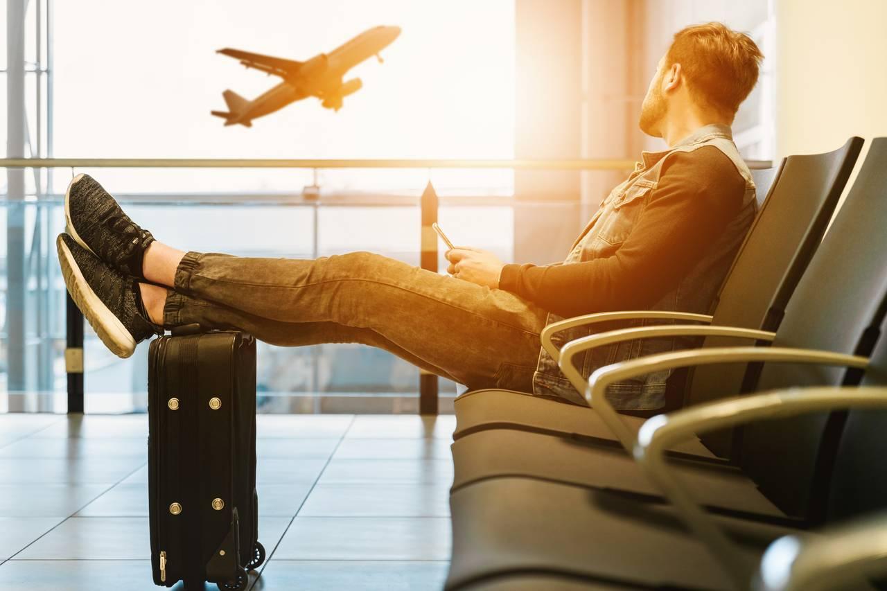 Mężczyzna czeka naopóźniony samolot