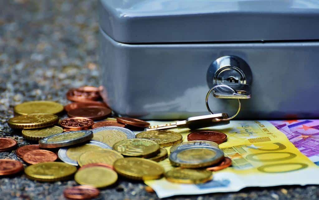 Poduszka finansowa w formie zamykanej na kluczyk skrzyneczki na pieniądze