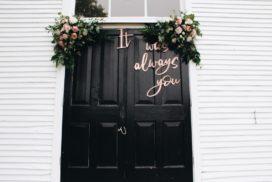przygotowania do ślubu i wesela ozdobione drzwi wejściowe do kościoła