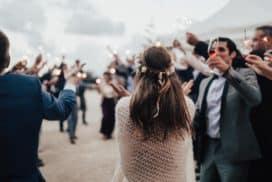 młodzi wchodzą na sale weselna gdzie jest wznoszony toast weselny z orkiestrą