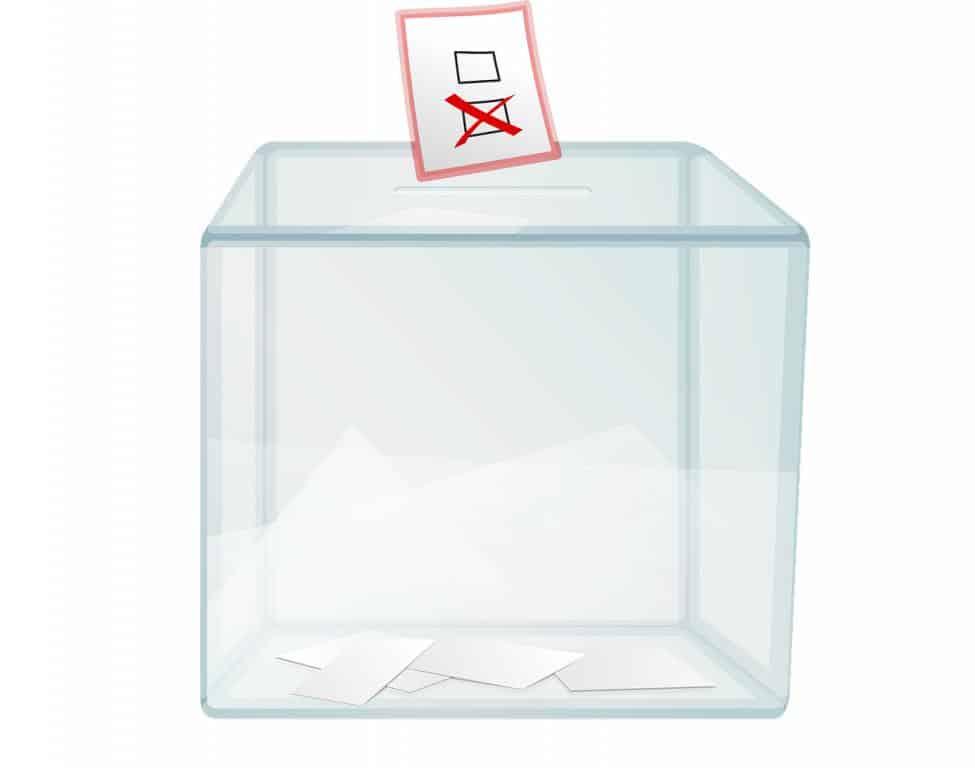 urna wyborcza stojąca w lokalu obwodowej komisji wyborczej