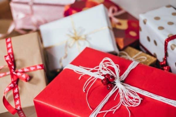 Kilkanaście prezentów świątecznych leży pod choinką