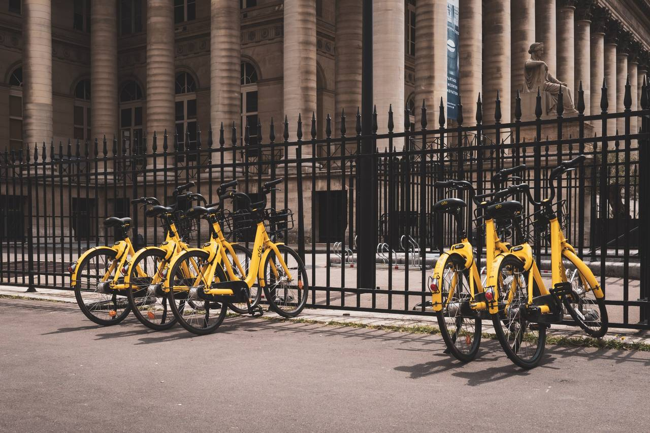 Kilkanaście stojących obok siebie rowerów gotowych dowypożyczenia