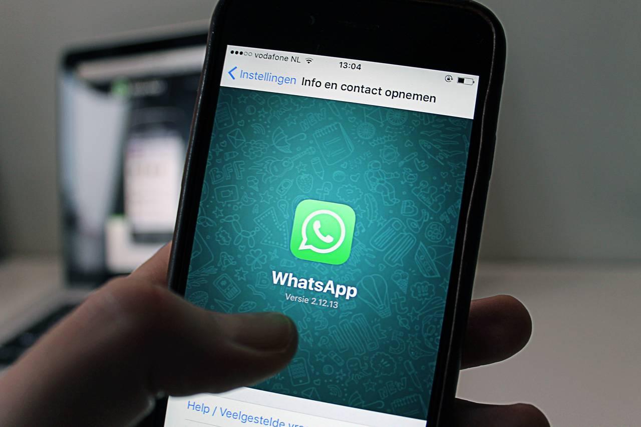 Kobieta odbiera połączenie poprzez WhatsApp