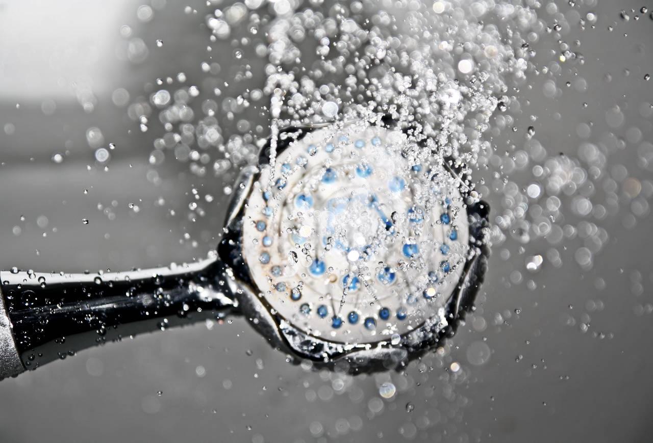 Oszczędzanie wody poprzez zamianę długiej kąpieli naszybki prysznic