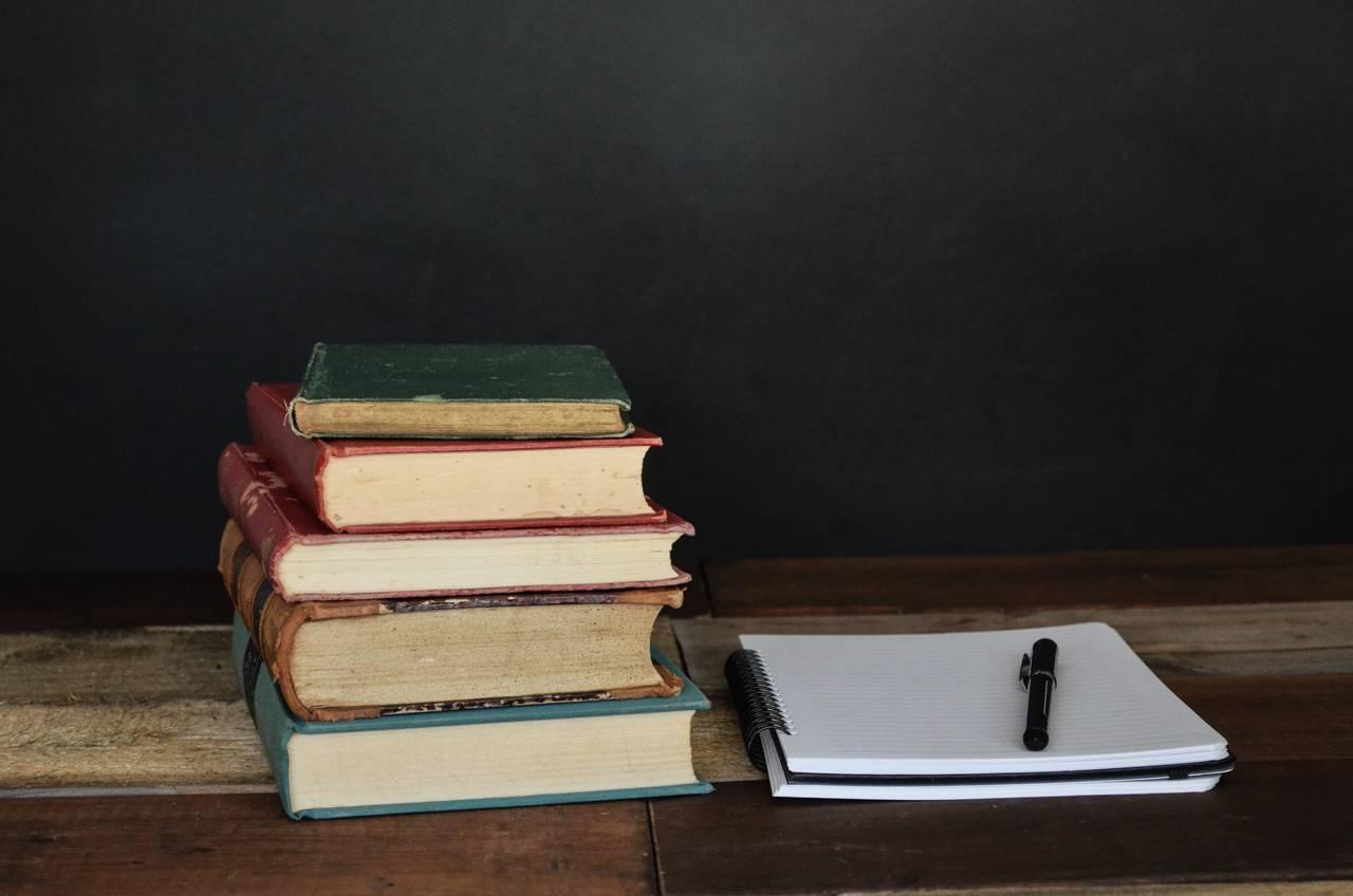 Sterta książek inotatnik pokazujące, żesposobem natanią majówkę może być też nauka