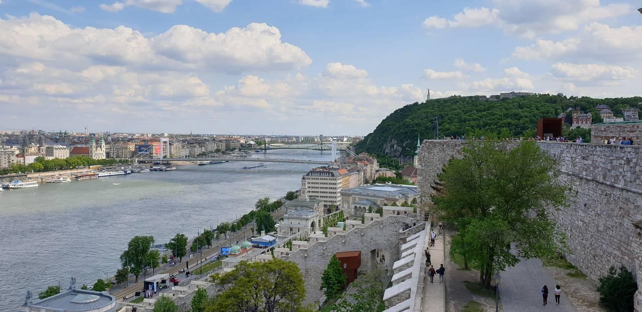 Widok na wzgórze Gellerta z murów obronnych zamku królewskiego w Budapeszcie