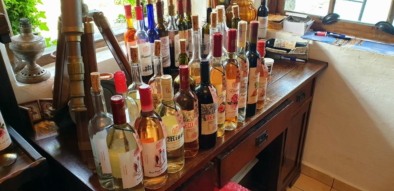 biurko z winami przeznaczonymi do degustacji