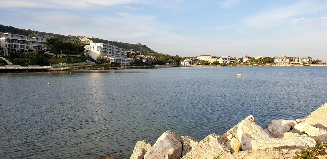 widok z mola na miasteczko wypoczynkowe w bulgarii