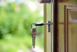 Drzwi z kluczami w zamku