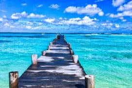 Molo nabrzegiem niebieskiego oceanu