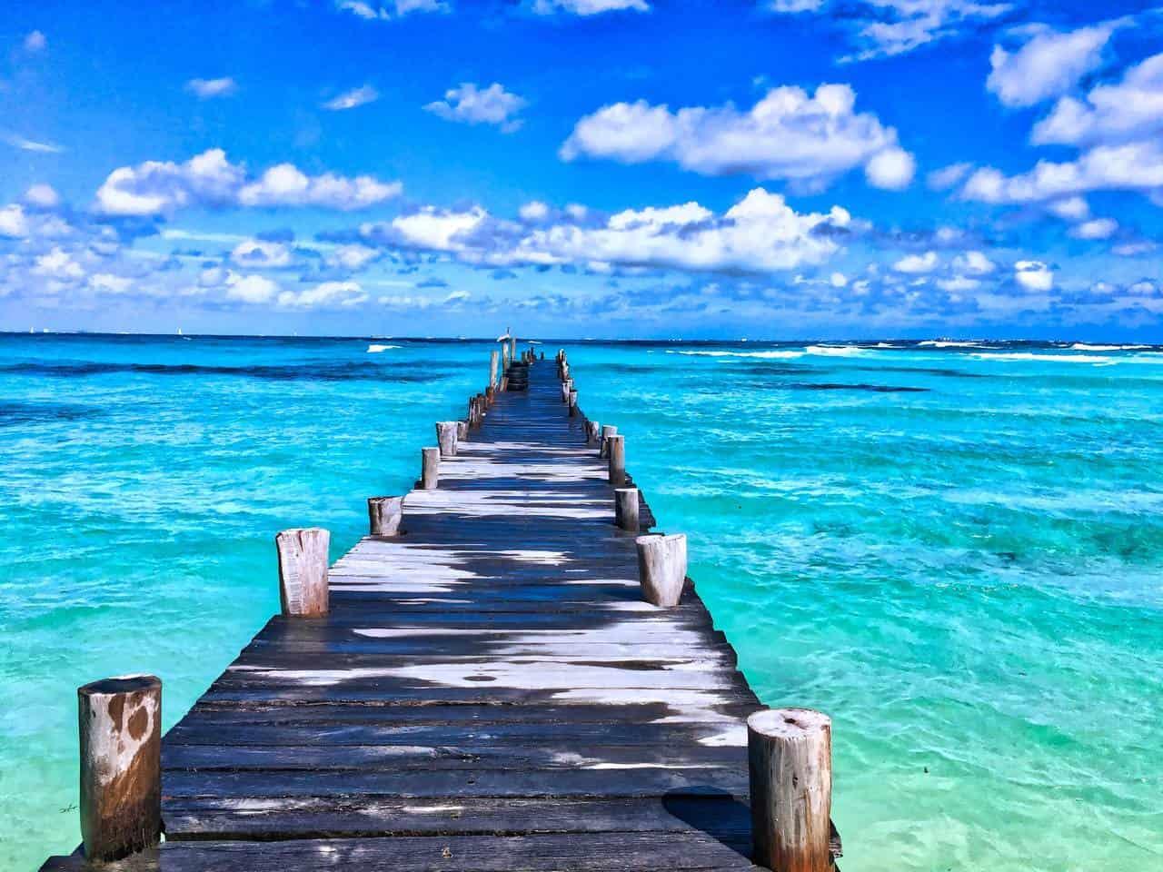 Molo na brzegiem niebieskiego oceanu