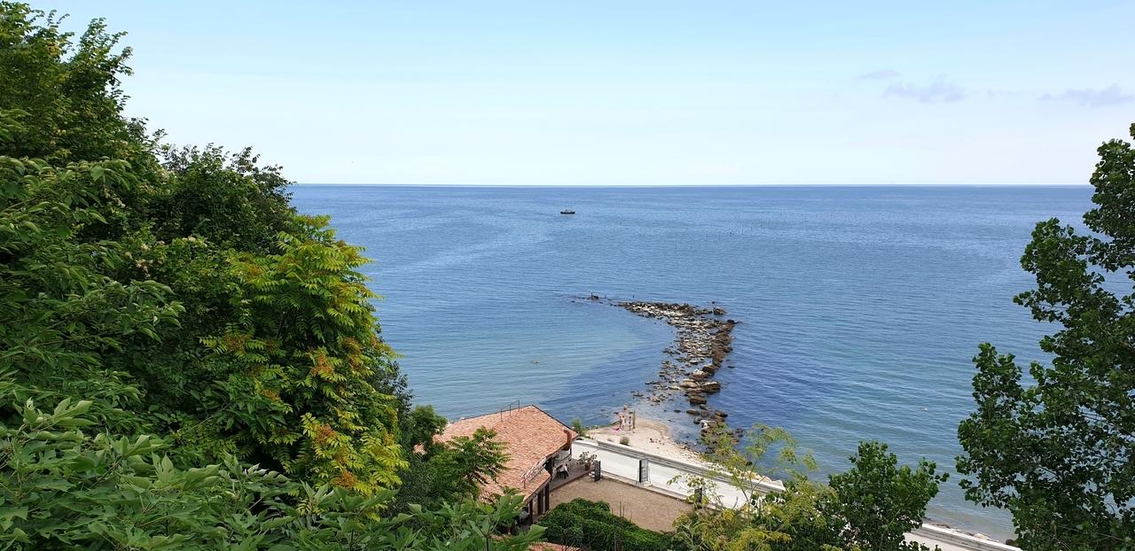 widok na morze czarne z ogrodow krolowej marii w bulgarii