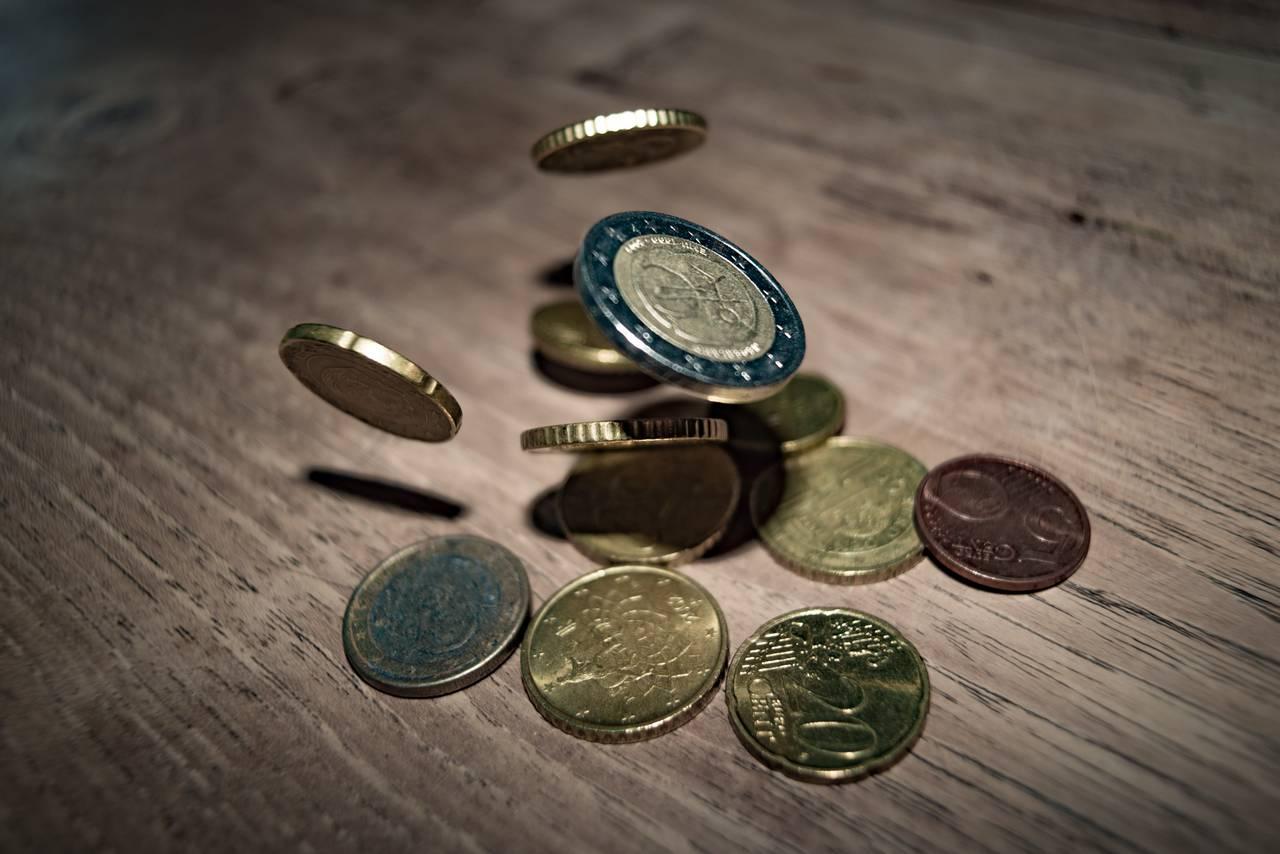 spadające monety symbolizujące najlepsze promocje bankowe