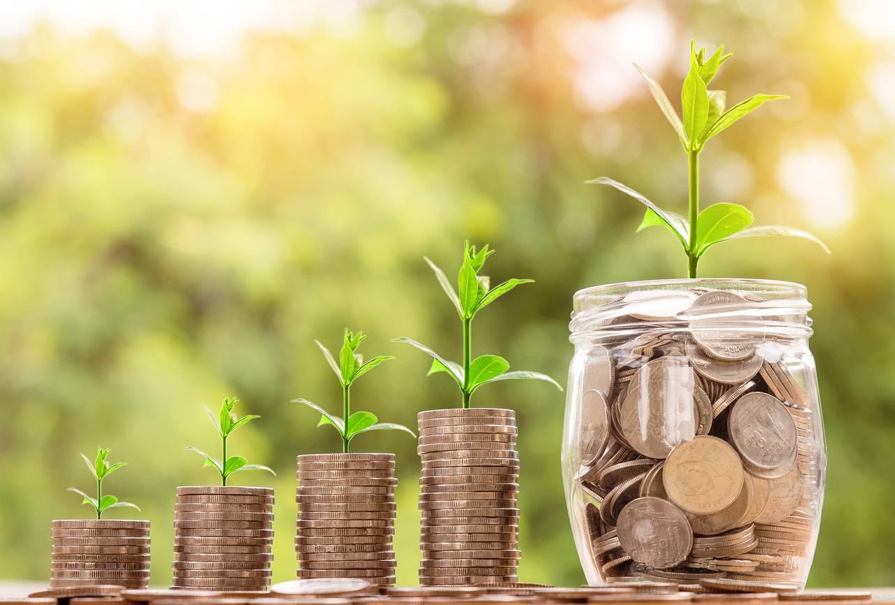 słoik pełen monet symbolizujący ranking najlepszych kont oszczędnościowych