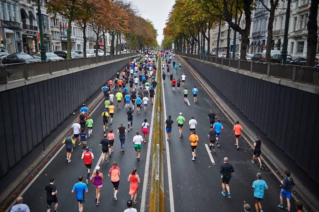 maratończycy biegną ulicami miasta