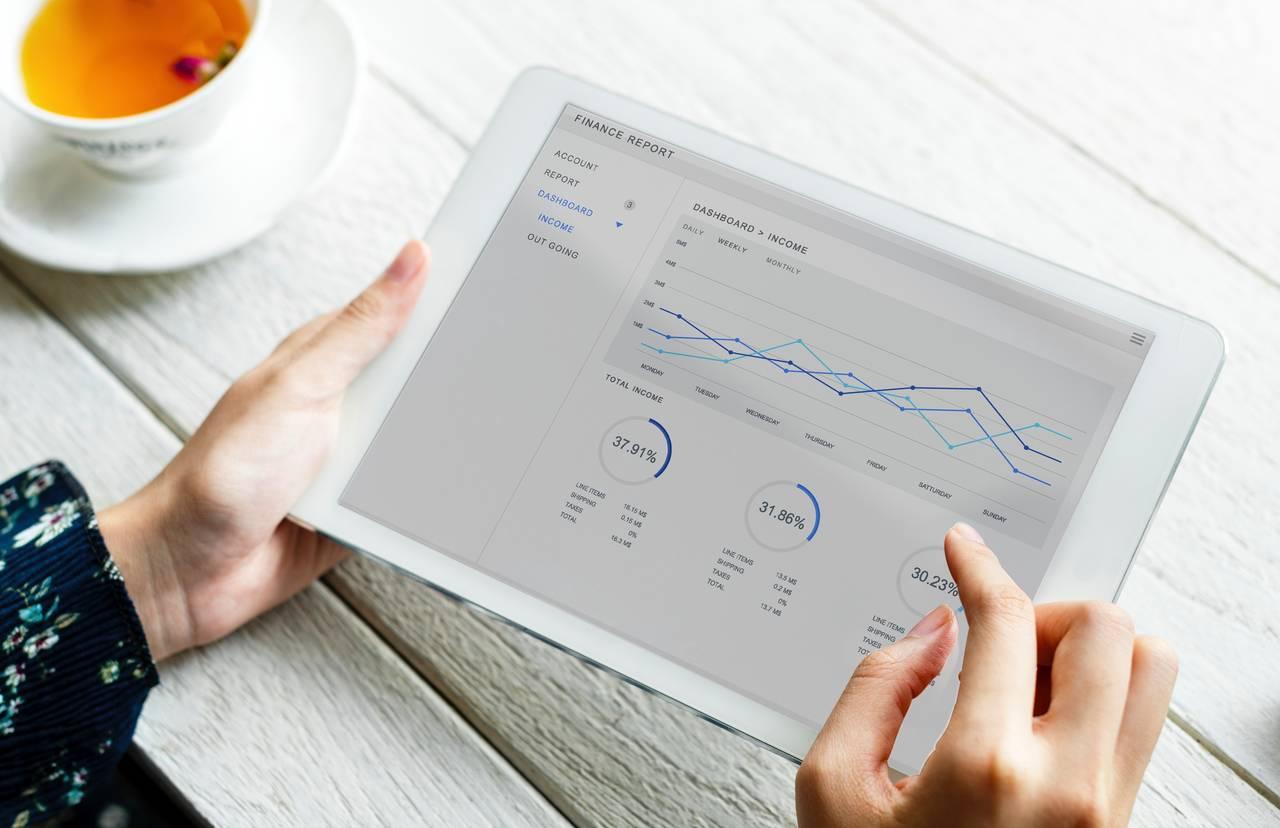 kobieta przegląda raport finansowy