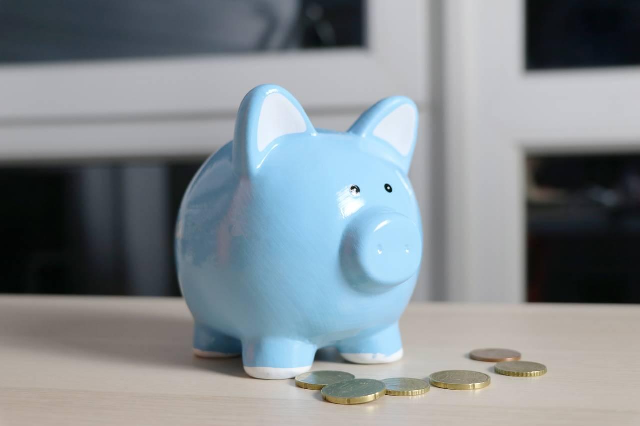 Świnka zskarbonka jest symbolem dobrych nawyków finansowych.
