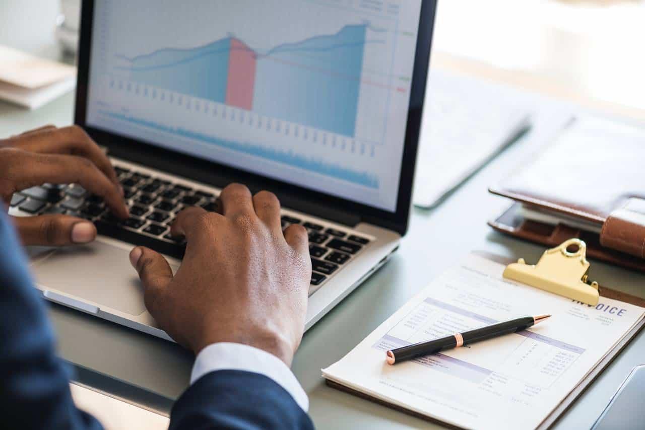 Analityk bankowy dokonuje analizy naszej analizy kredytowej