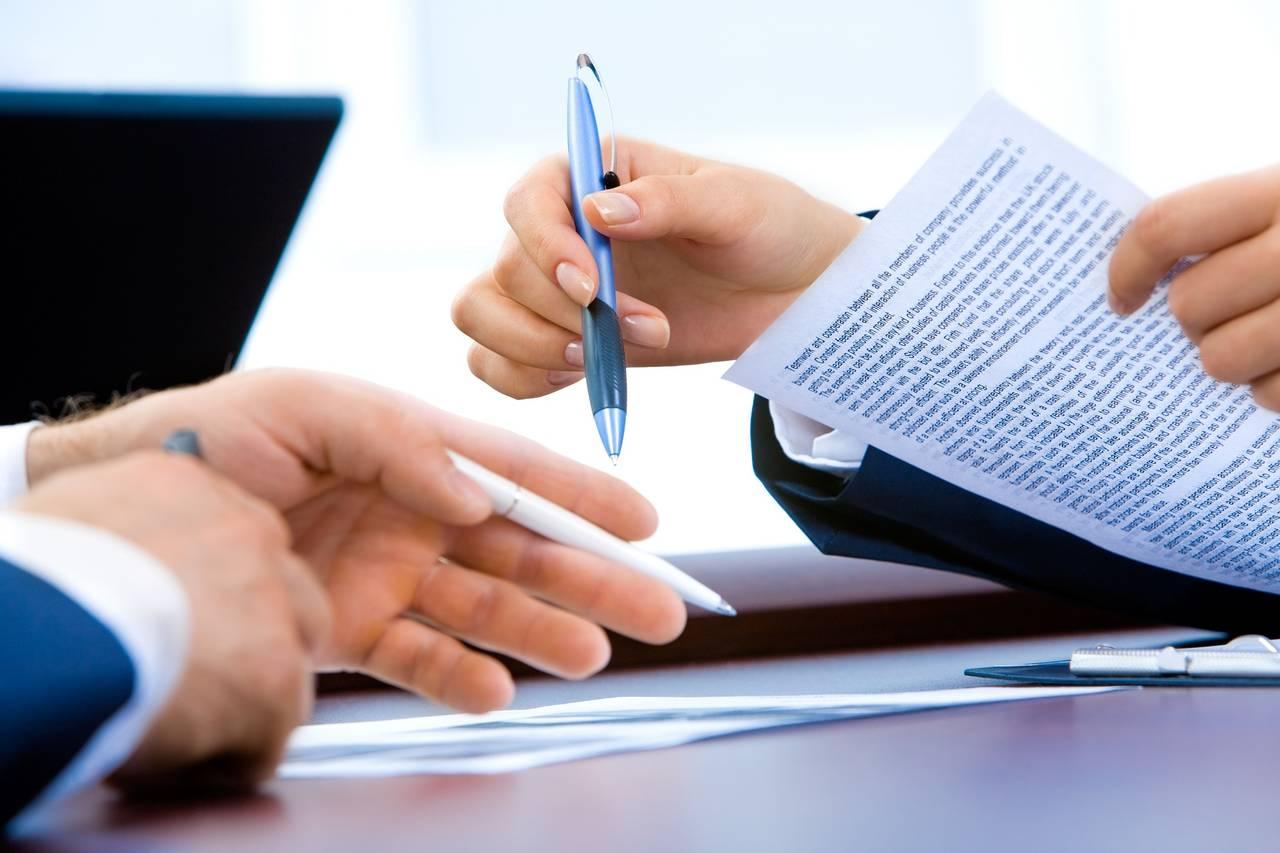 Dwie osoby podpisują dokumenty pozwalające naprzetwarzanie naszych danych wcelu budowy historii kredytowej