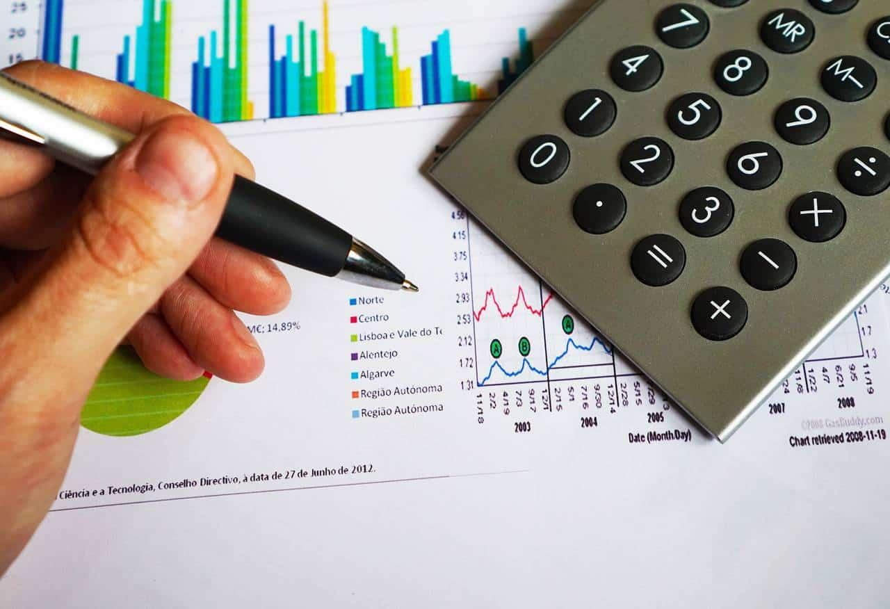 mężczyzna trzyma długopis i liczy jak może poprawić swoją zdolność kredytową