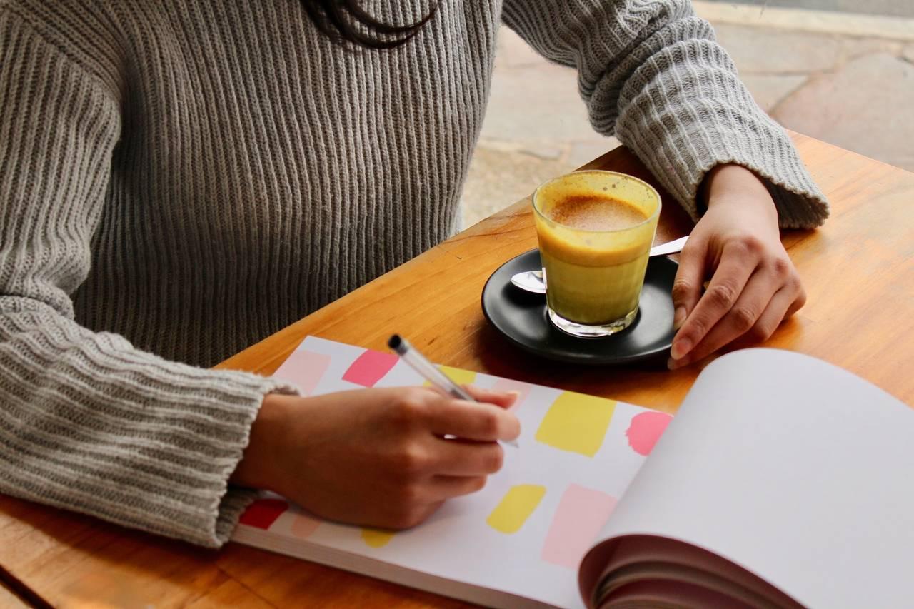kobieta siedzi nadkartką papieru izastanawia się jak wyrobić wsobie dobre nawyki finansowe