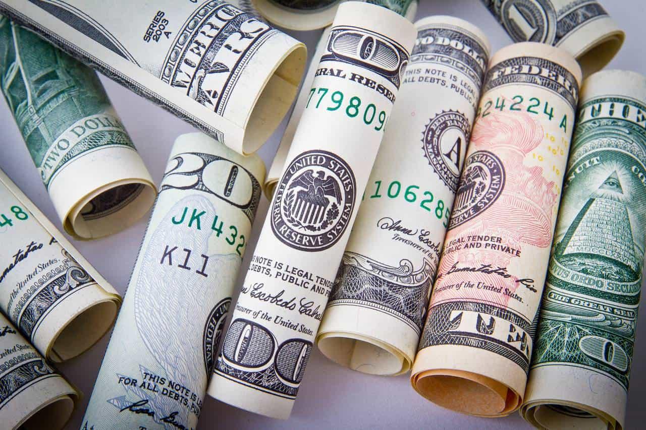zwinięte wrulon banknoty jako symbol zdolności kredytowej