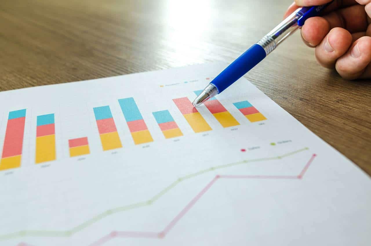 Mężczyzna porównuje różne wyniki zdolności kredytowej między sobą