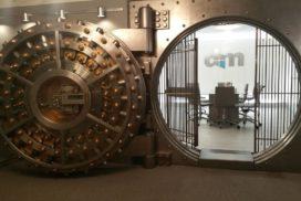 Otwarty sejf symbolizujący ochronę naszych depozytów przezBankowy Fundusz Gwarancyjny