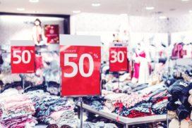 Czerwone obniżki cen wklepie zubraniami jako podstawowy chwyt marketingowy