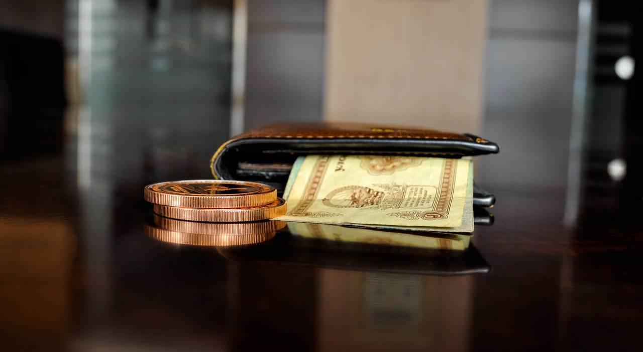 Portfel z pieniędzmi mający symbolizować noworoczne postanowienie finansowe związane z kosztami naszego życia