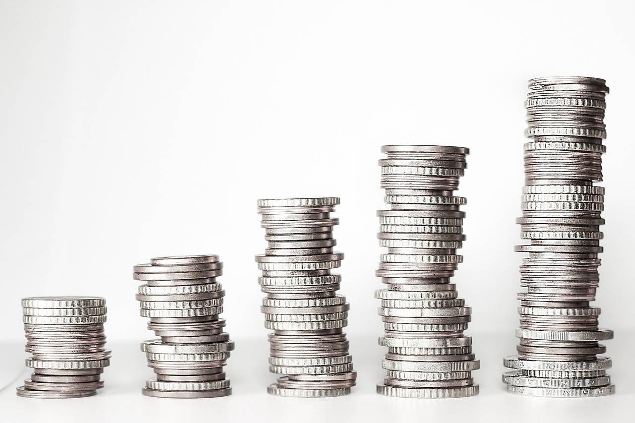 Stosy monet rosnące z powodu prowadzenia budżetu domowego