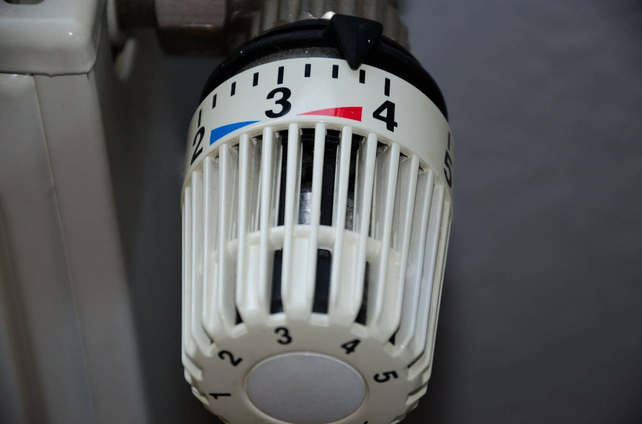 Odkręcony termostat dokaloryfera jako symbol tego, żeniezawsze warto oszczędzać pieniędzy naogrzewaniu